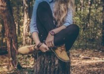 Lány egy farönkön